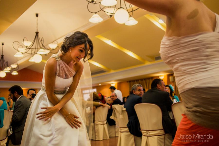 Novia baila el gangnam style con una invitada mientras los comensales las miran en la Hacienda El Campero de LInares