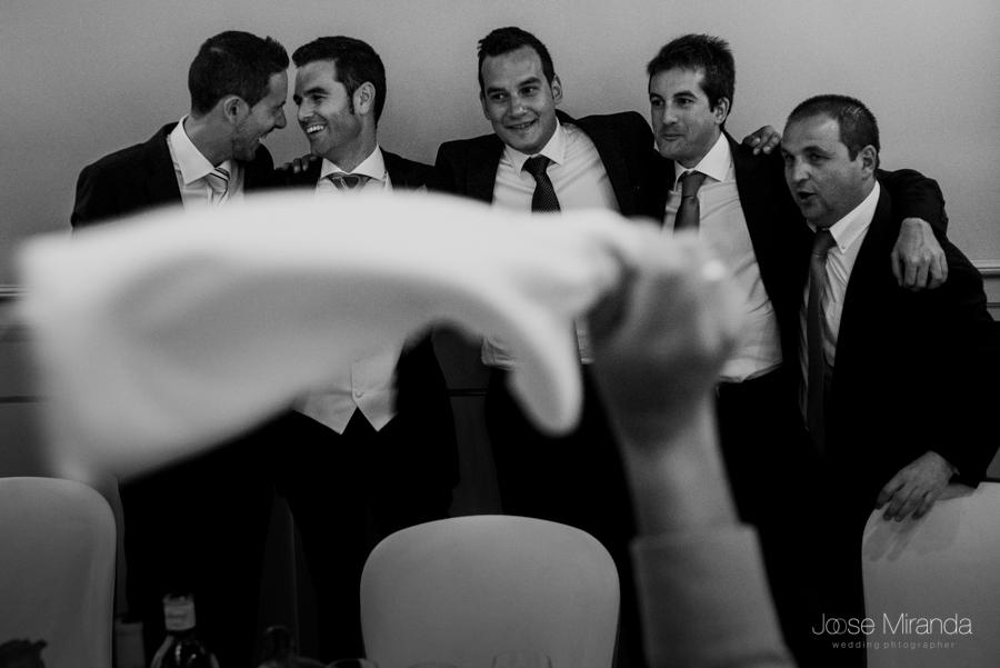 Novio saludando a sus amigos mientras es vitoreado con servilletas en el aire por el resto de los invitados en La Hacienda El Campero de LInares en una fotografía de Jose Miranda