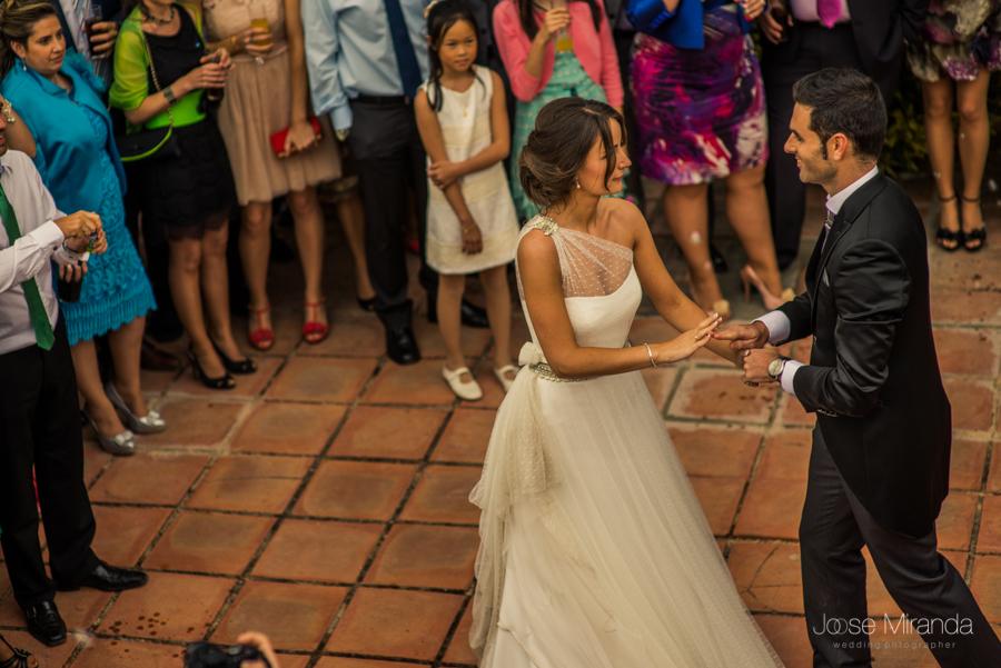 Novios iniciando su primer baile de la boda rodeados de invitados en el jardín de la Hacienda El Campero de Linares