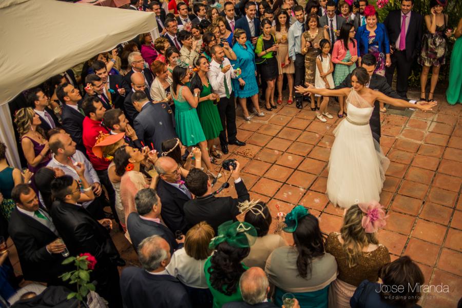 Novios finalizando su primer baile de casados rodeados de invitados en el patio de la Hacienda el Campero de Linares