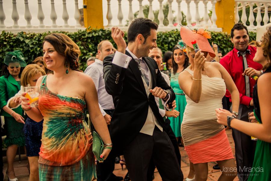 Novio bailando con una invitada el gangnam style rodeados de gente en el jardín de la Hacienda El Campero de Linares en una fotogrfafia de boda de Jose Miranda