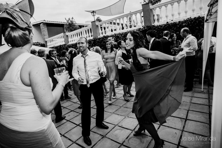 Invitados a la boda bailando en el jardín de la Hacienda el Campero en una fotgrafía de Jose Miranda