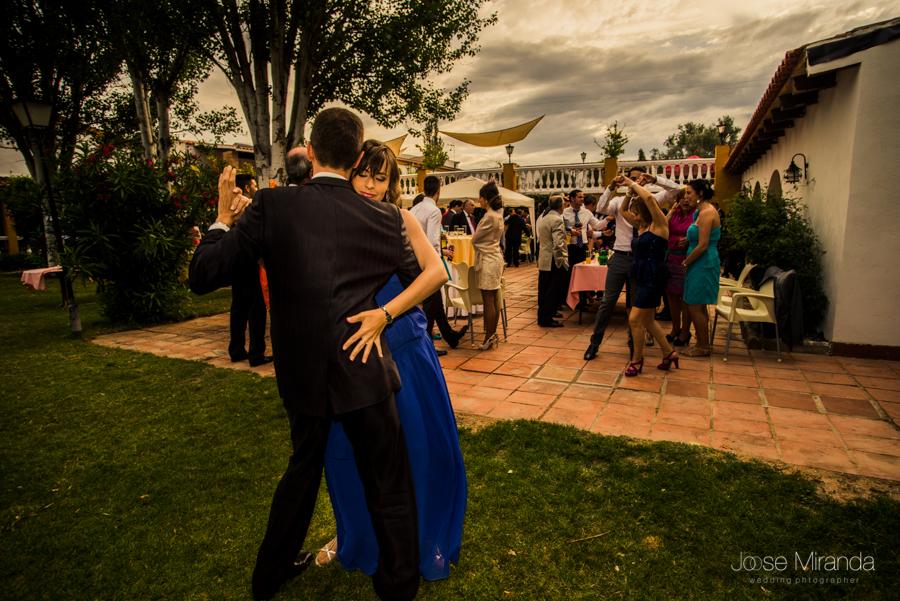 Hermana de la novia bailando salsa durante el baile en el jardín de La Hacienda El Campero de Linares