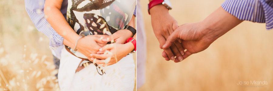 detalle de las manos entrelazadas de una pareja de novios en Jaén