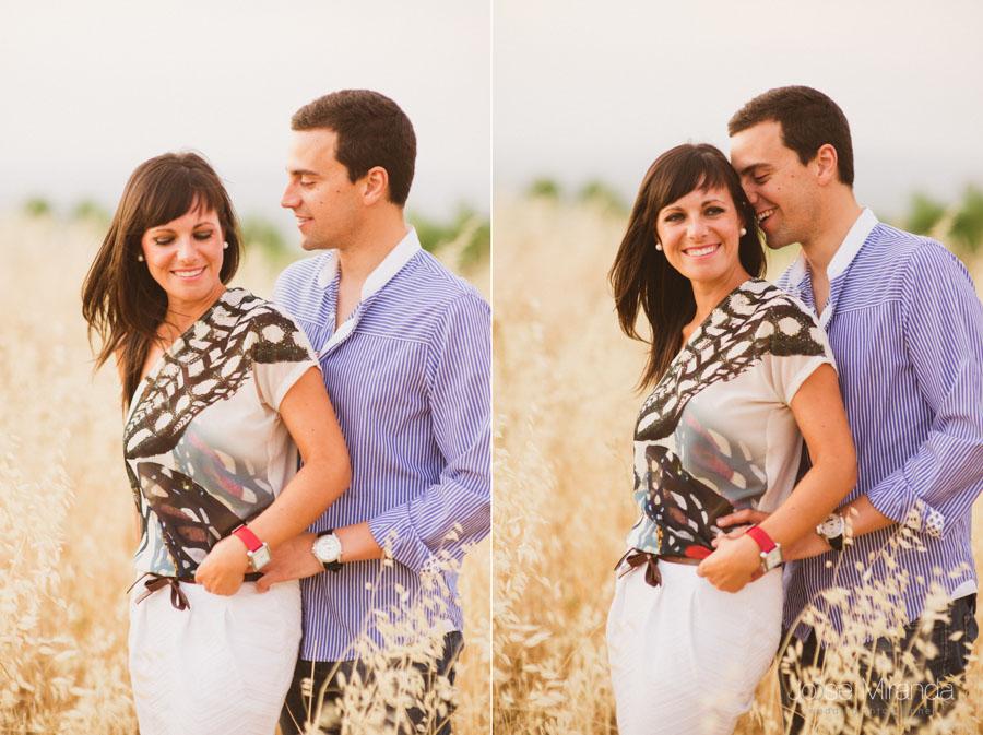 retrato de pareja abrazados y sonriendo en una sesión de pre-boda en Jaén por Jose Miranda fotografía