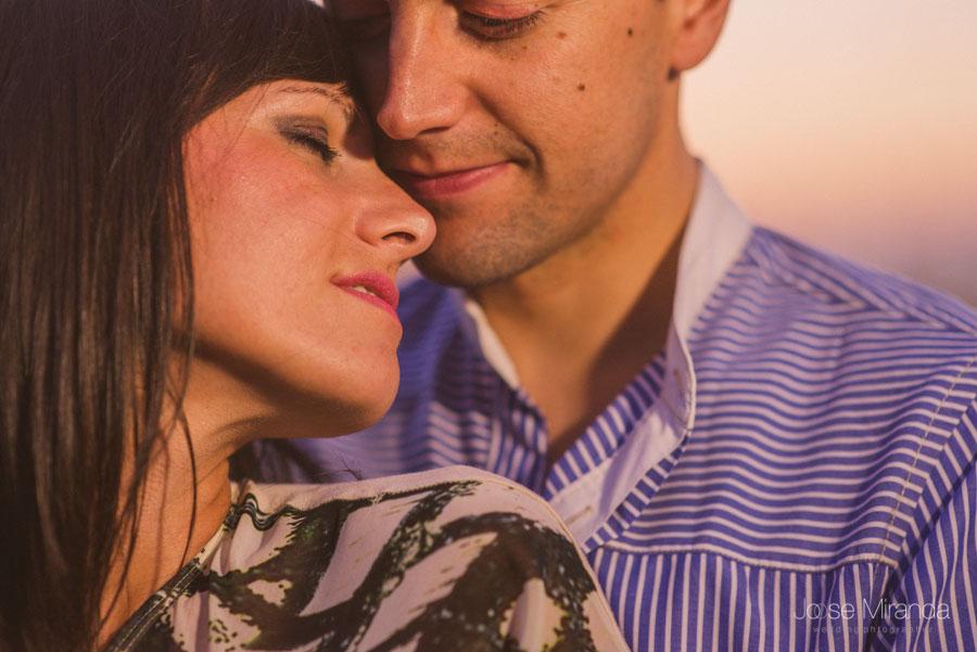 los rostros de una pareja de novios mientras se abrazan