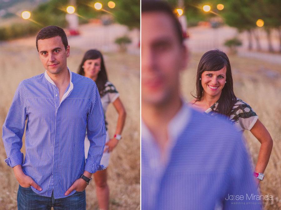 novio en enfocado y novia enfocada en fotografia de pre-boda