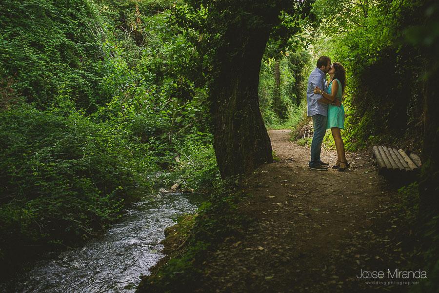 Pareja de novios besándose en el paseo del río Valdepeñas de Jaén