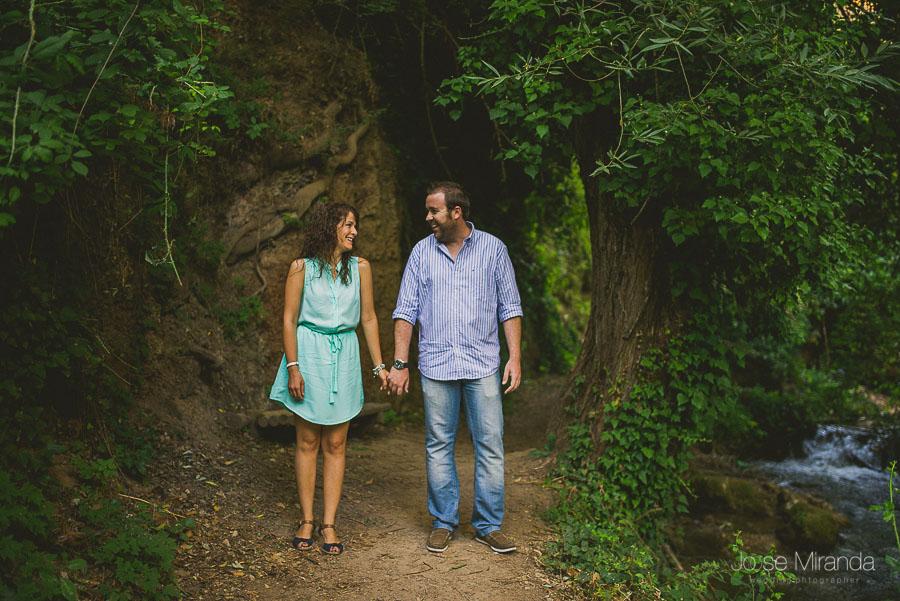 Virginia y Fran, unos novios encantadores, riendo durante la sesión de fotos de pre-boda en Valdepeñas de Jaén