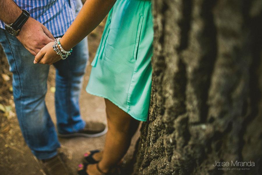 Novios dandose la mano en el paseo del rio Valdepeñas de Jaén