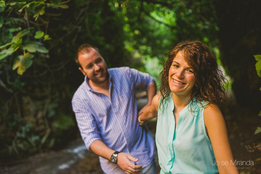 Virginia y Fran haciendose cosquillas entre el bosque de Valdepeñas de Jaén
