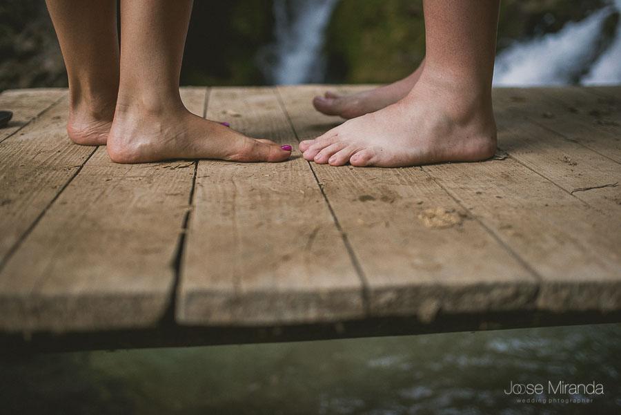 Los pies de los novios abrazados en el río de Valdepeñas de Jaén