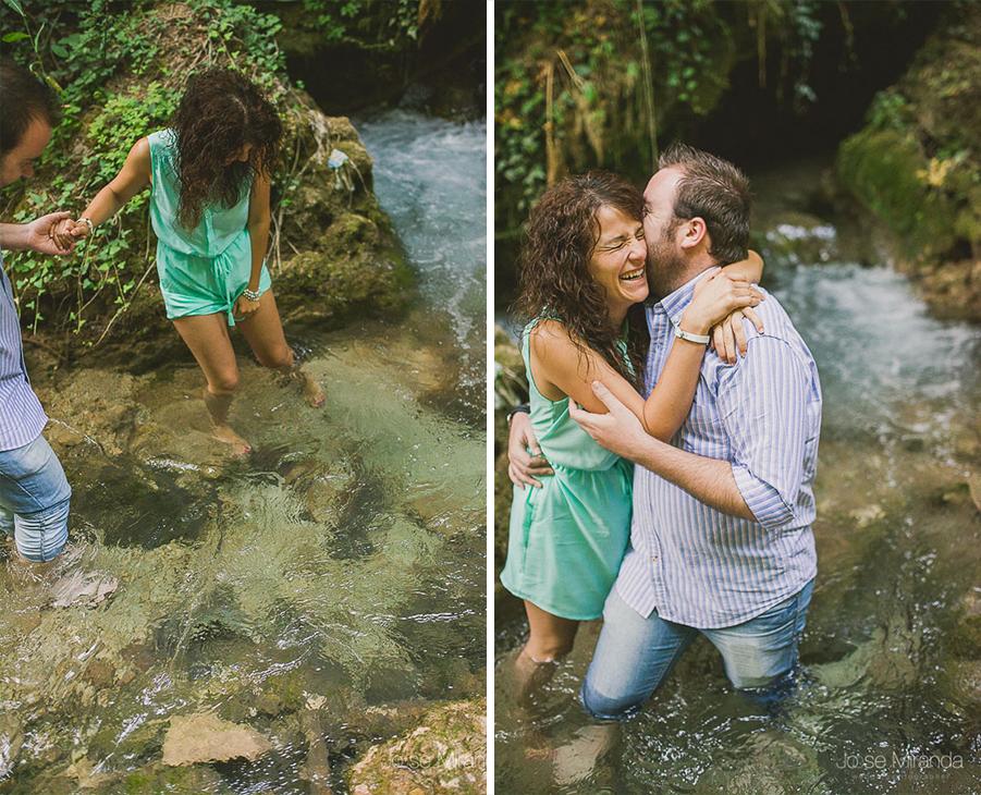 Virginia y Fran abrazandose en el rio de Valdepeñas de Jaén