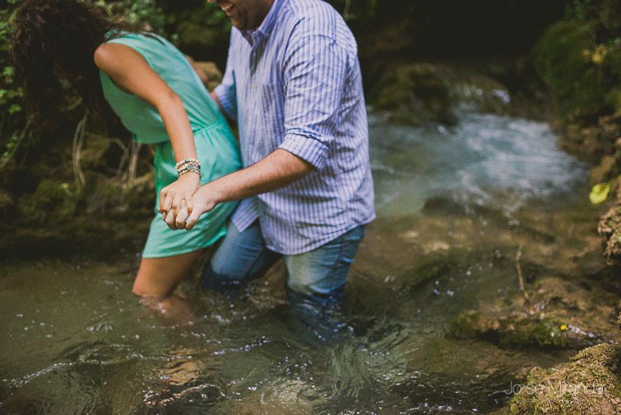 Novios saliendo del rio durante su sesión de fotos de pre-boda