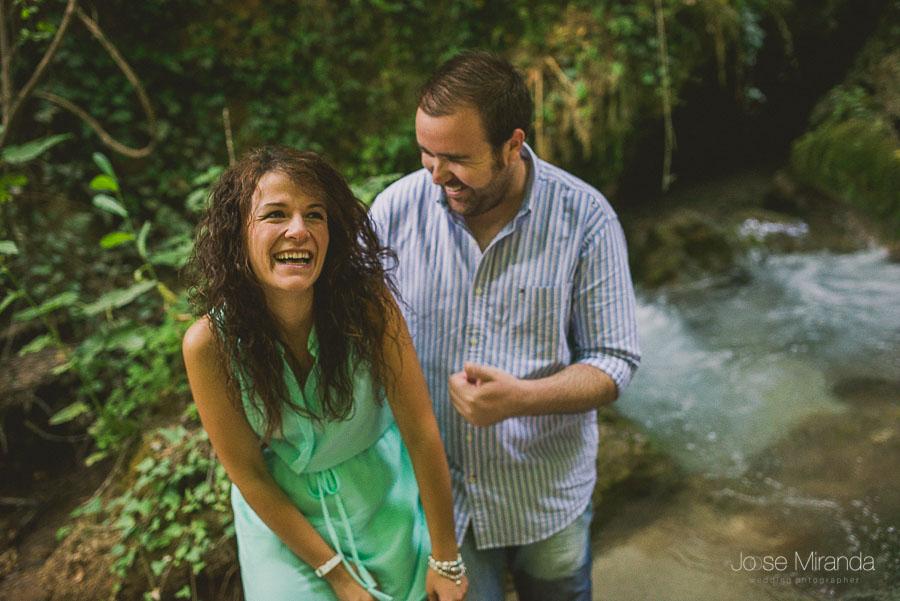 Virginia y Fran riendo a carcajadas mientras Fran se moja en el rio de Jaén