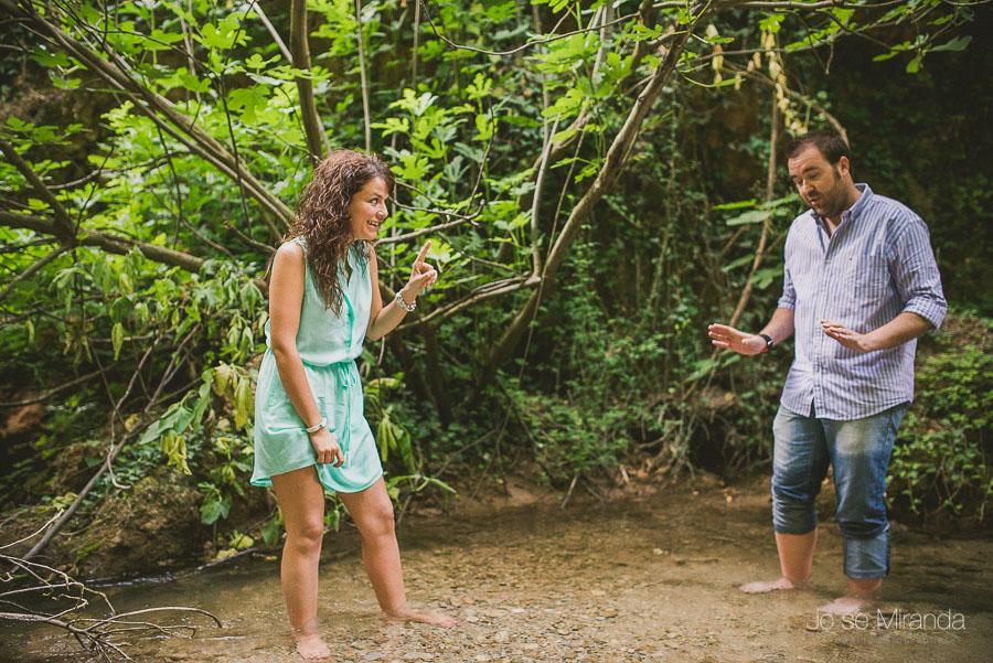 Virginia y Fran jugando con el agua del rio de Jaén