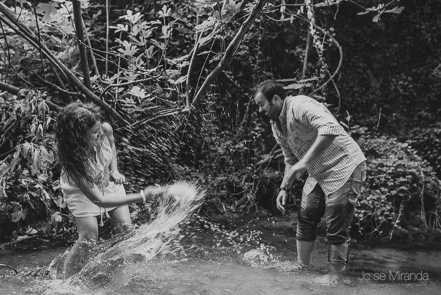 Virginia y Fran tirandose agua dentro del rio de Jaén