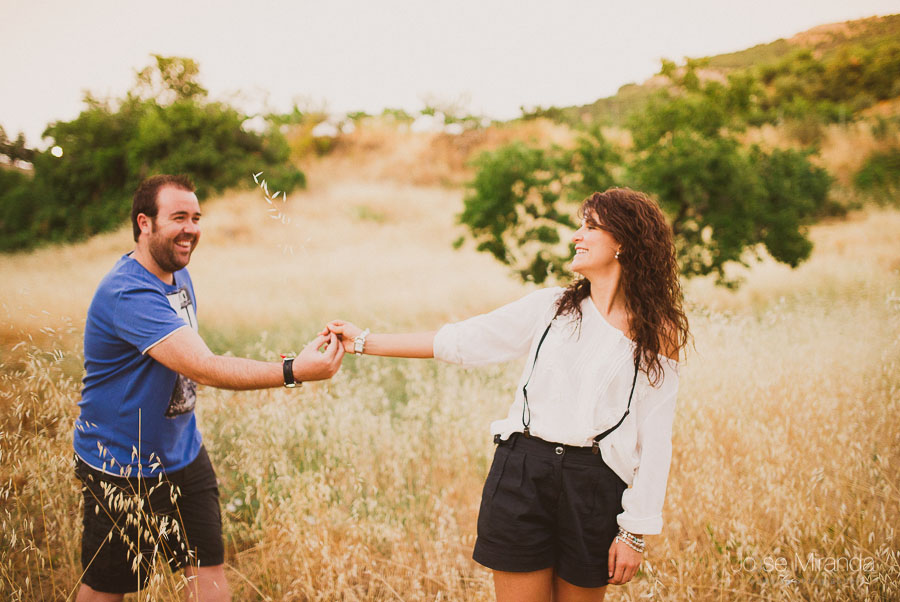 Virginia y Fran riendo mientras juegan en el campo con los arboles al fondo