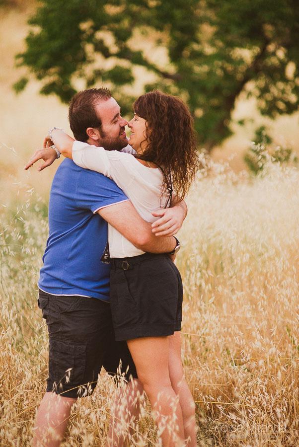 Virginia y Fran abrazandose durante el atardecer entre hierbas amarillas
