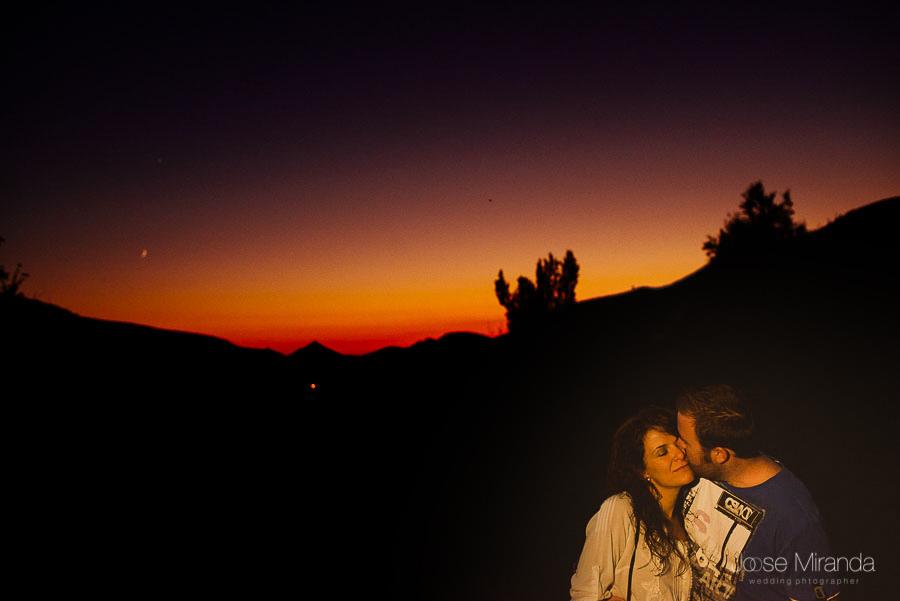Virginia y Fran al atardecer acabando la sesión de fotos de pre-boda en Jaén