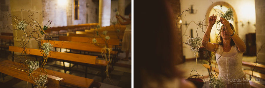 Decoración original de iglesia en una boda. Momento de adornar los bancos