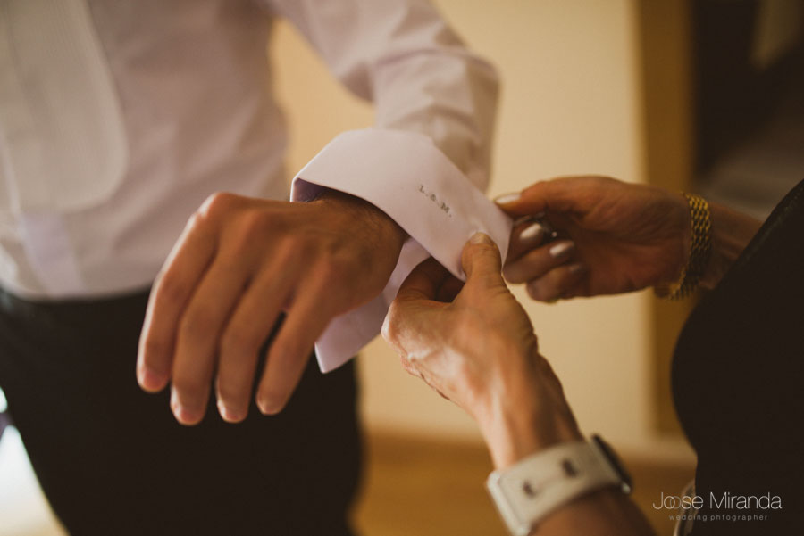 puño de camisa del novio bordado con las iniciales de maria y luis el día de su boda