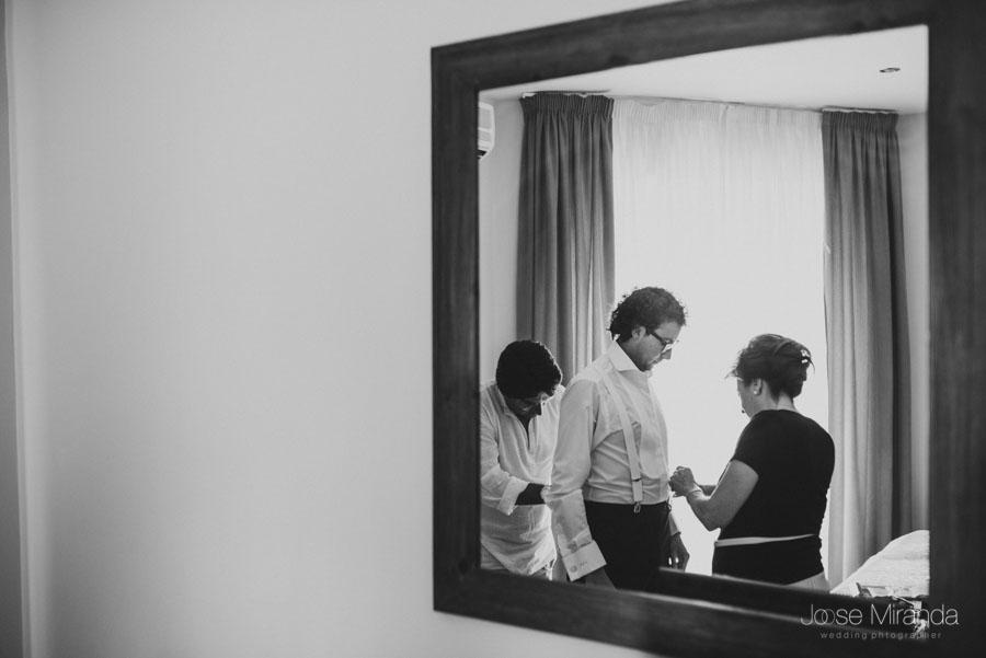 retrato de reflejo en el espejo del novio con su madre y amigo