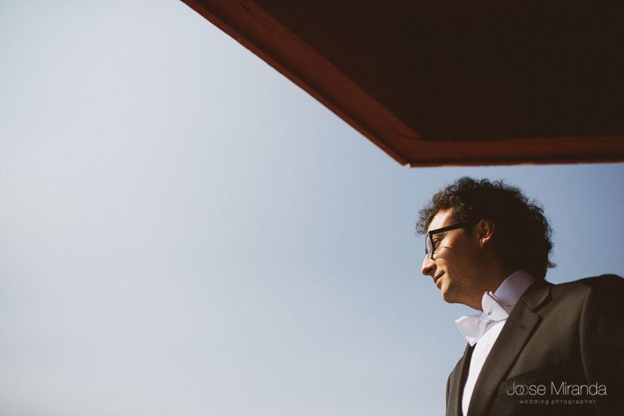 retrato de novio con pajarita y gafas negras