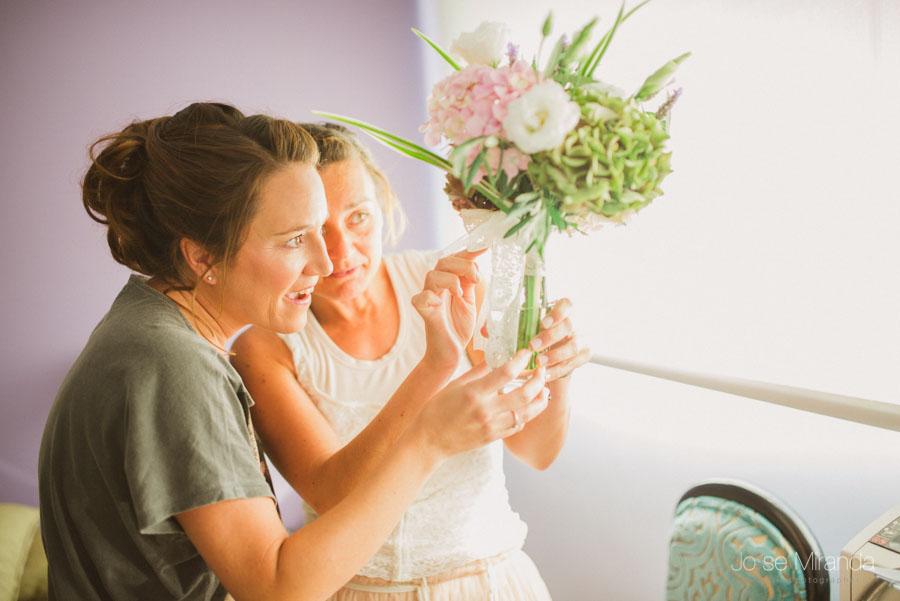 Novia y amiga viendo el ramo de novia que le ha preparado en una Boda en Martos