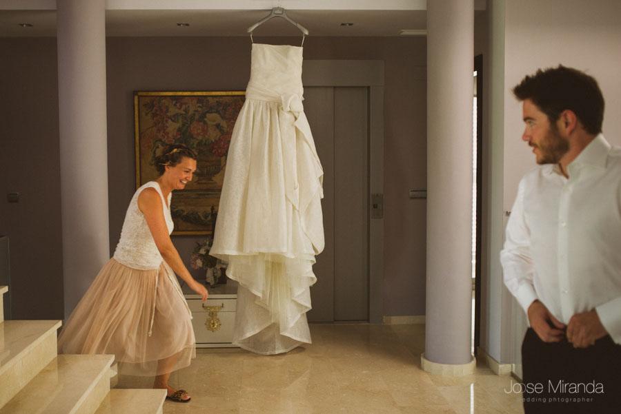 Vestido de novia de Jesús Peiró con el hermano de la novia y una amiga