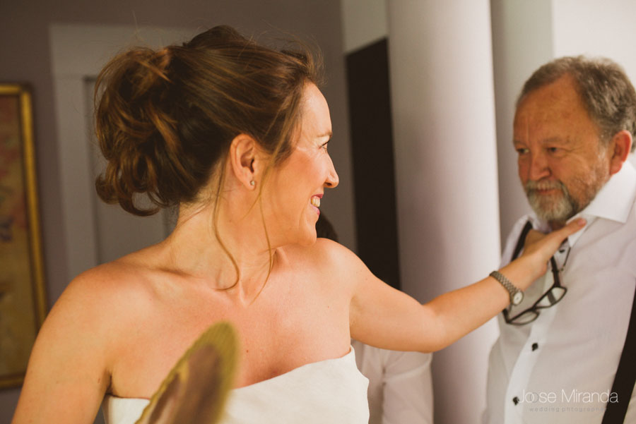 mirada de la novia y su padre mientras se está vistiendo