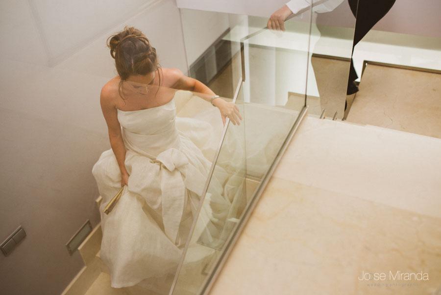 novia bajando la escalera con vestido palabra de honor y peinado actual
