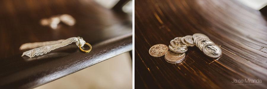 detalles de los anillos y las arras en boda en martos
