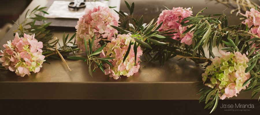 detalle floral de hortensias y ramas de olivo para una boda