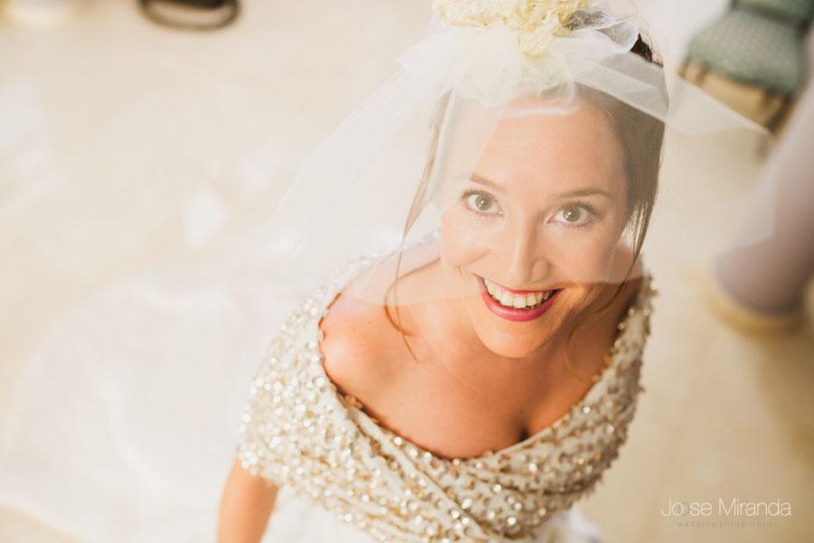 retrato de novia con tocado de tul y maquillaje nupcial