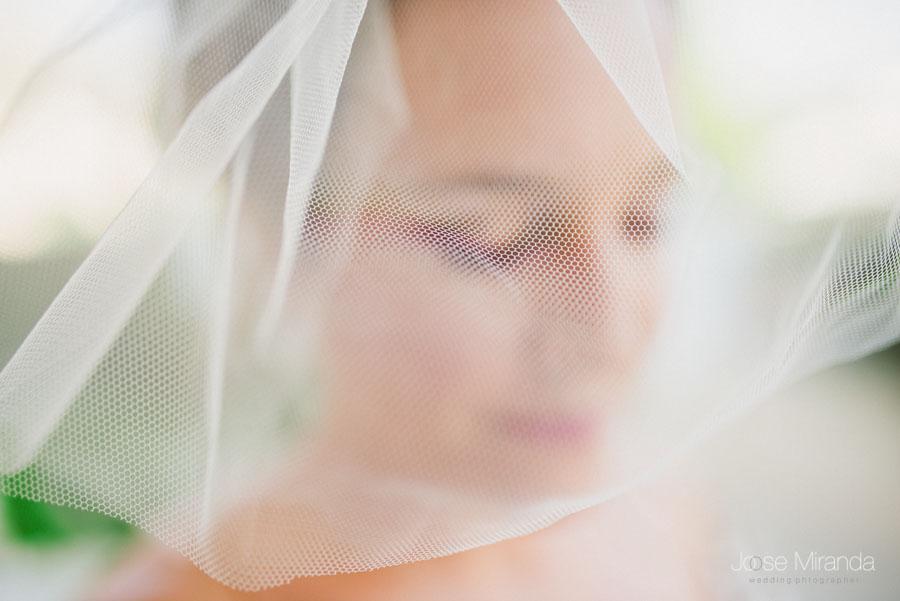 retrato de novia con tocado de tul de novia