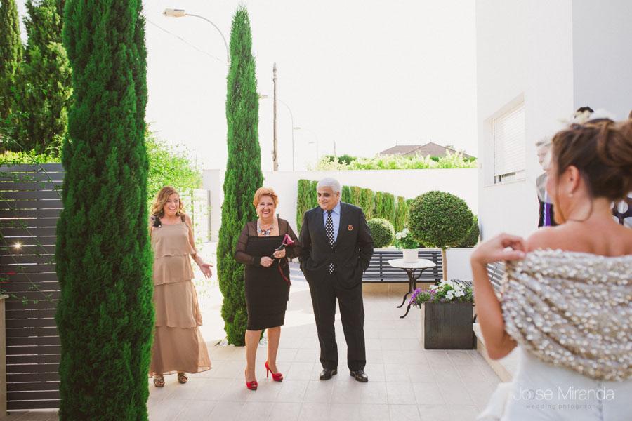 amiga de la novia emocionada cuando la ve en la entrada del jardín
