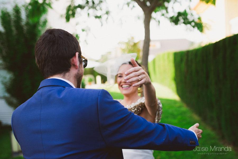 abrazo de la novia a su amigo en el jardín