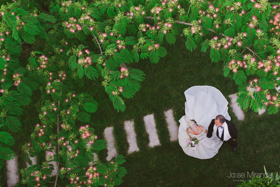 fotografía de la novia y su padre el padrino en el jardín el día de la boda