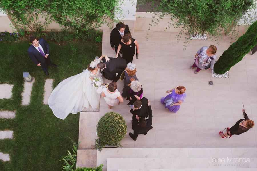 vista de los novios saludando a los invitados que llegan a la casa de la novia