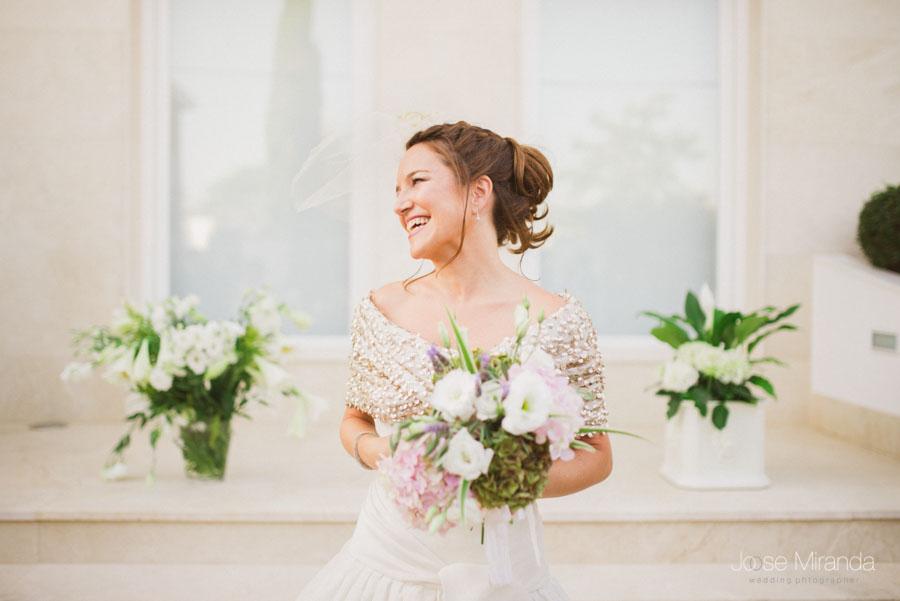 fotografía pastel de la novia con ramo de hortensias, ramas de olivo, lavanda y rosas