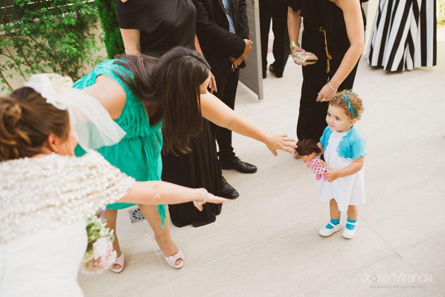 fotografía de niña pequeña en boda cuando va a saludar a la novia