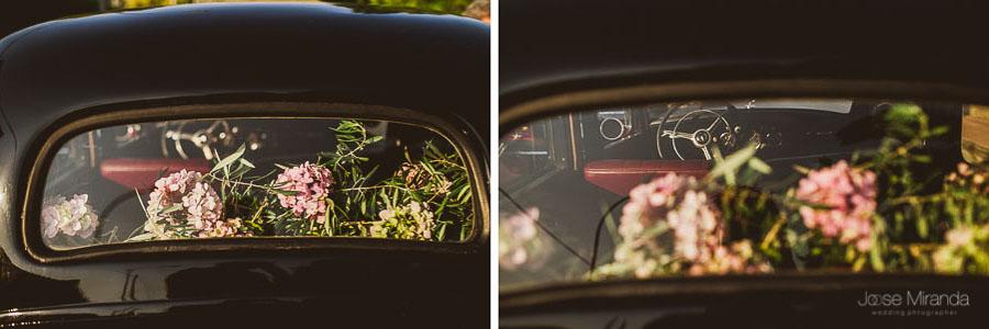 detalle floral y volante de mercedes clásico en una boda en martos