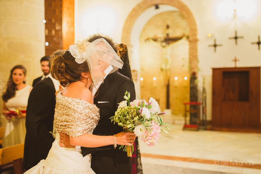 Entrada de la novia en la iglesia besando al novio