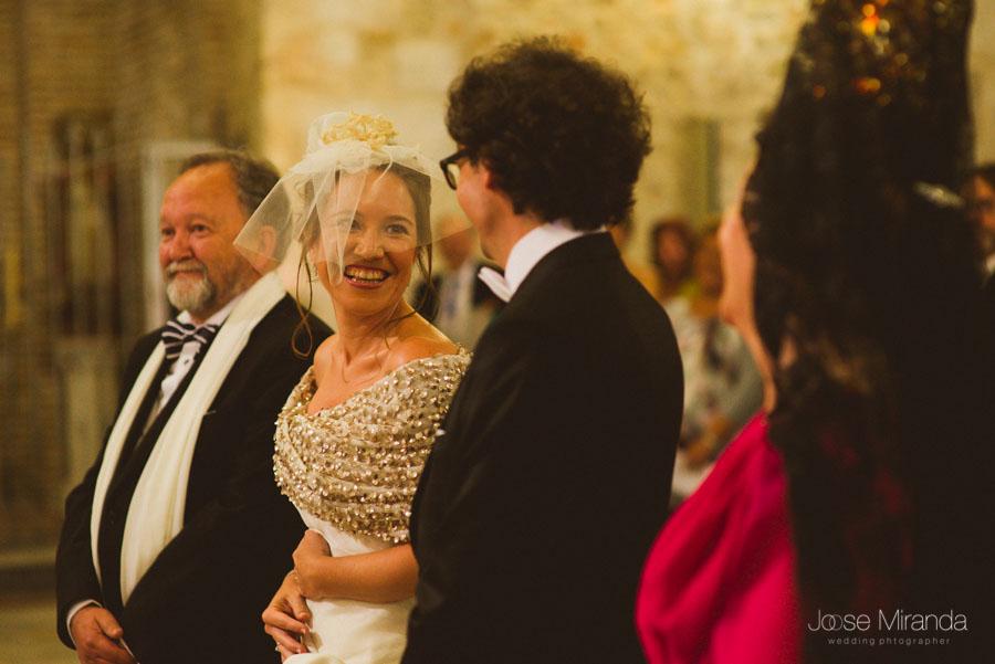 Novia sonriendo al novio durante la ceremonia en una Boda en Martos