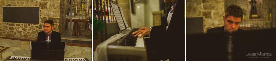 Pianista tocando durante una boda en Iglesia Santa Marta en Martos
