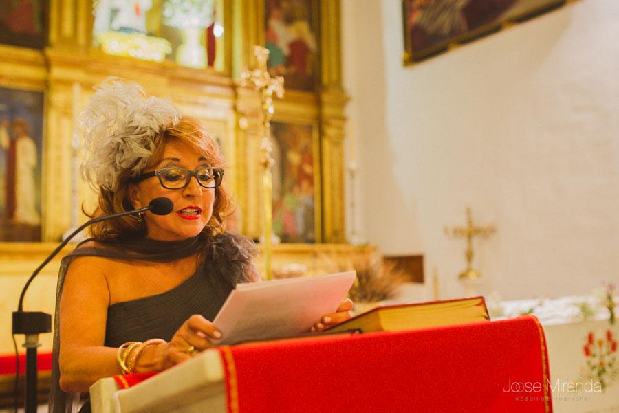 Madre de la novia leyendo en Iglesia Santa Marta en Martos