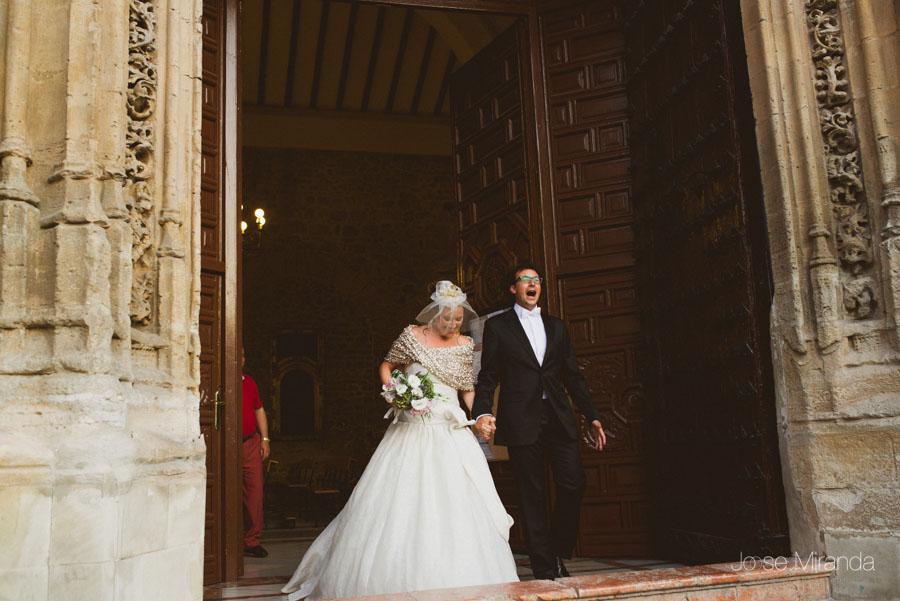Novio y novia saliendo de la Iglesia de Santa Marta en una Boda en Martos