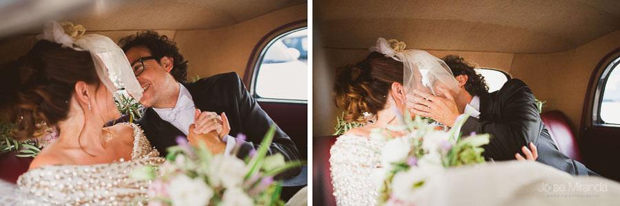 Novios besandose en el coche de la novia
