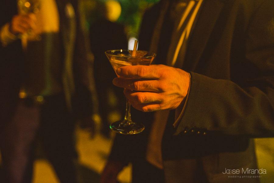 Detalle de un martini durante la copa de bienvenida en un boda en Martos en el Cortijo el Madroño